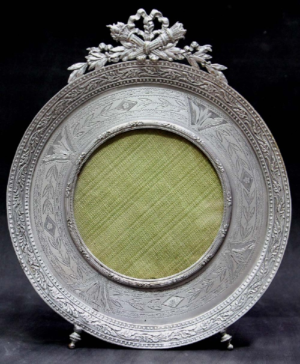 Antiguedades / Antiques   Antique round silver plated French picture frame 8 x 7 inches